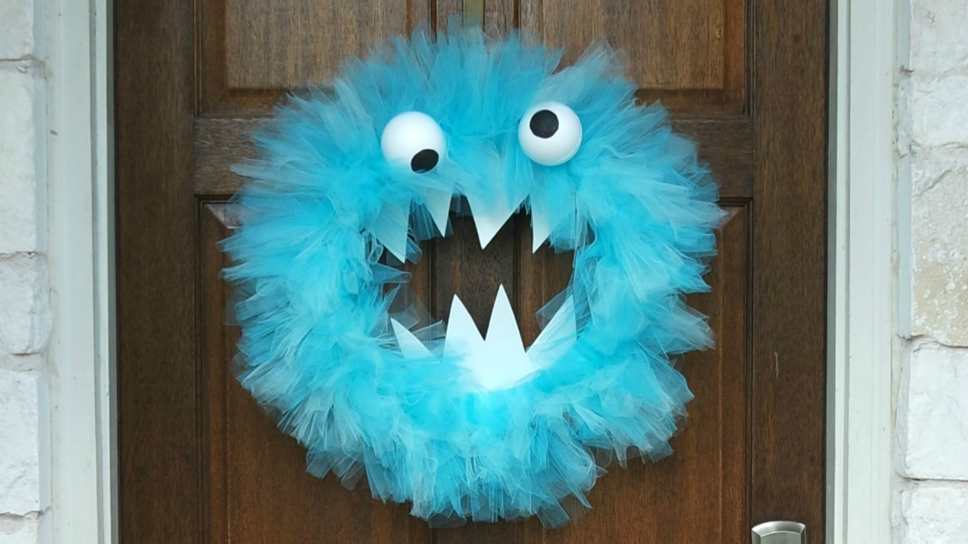How to Make a Halloween Wreath With Tulle // Step-by-step instructions for a Halloween tulle wreath.